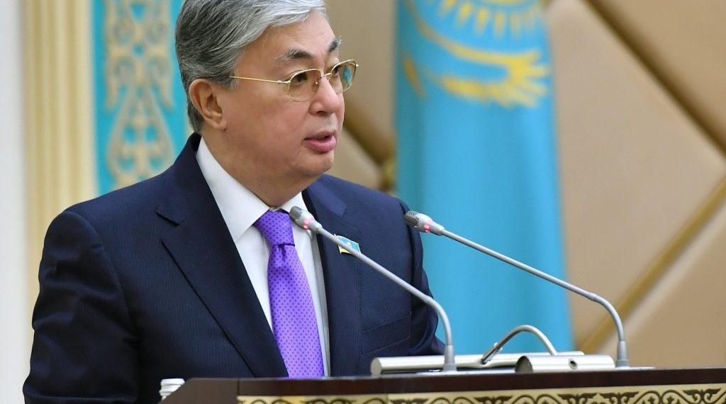 Токаев в Twitter: Поручил перенести повышение зарплат бюджетникам