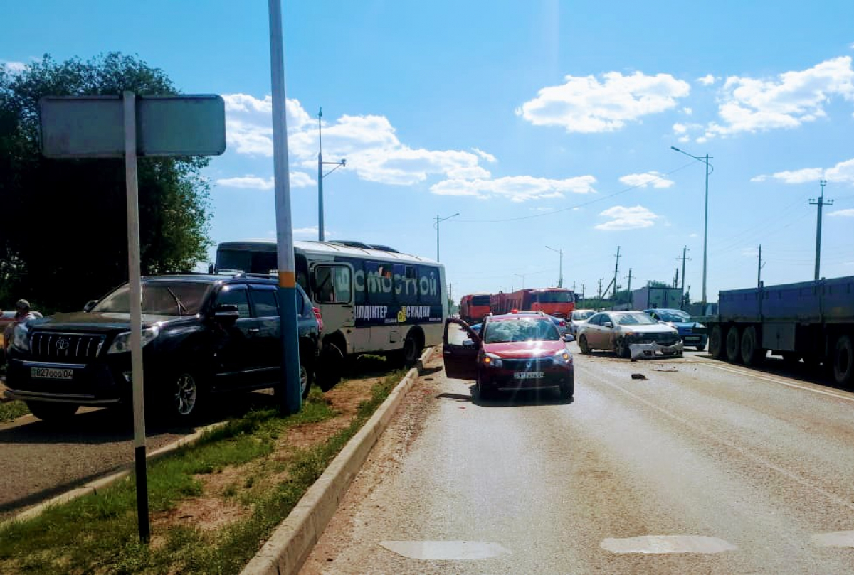 """""""Случился инсульт"""". Автобус протаранил несколько машин в Актобе"""