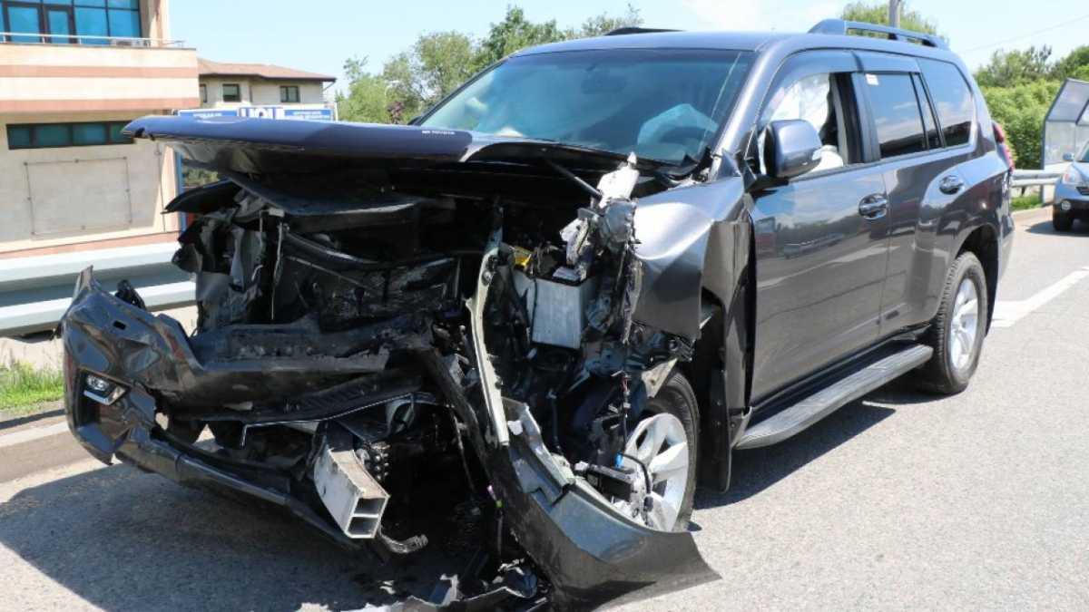 В Алматы Toyota вылетела на встречку и протаранила Subaru