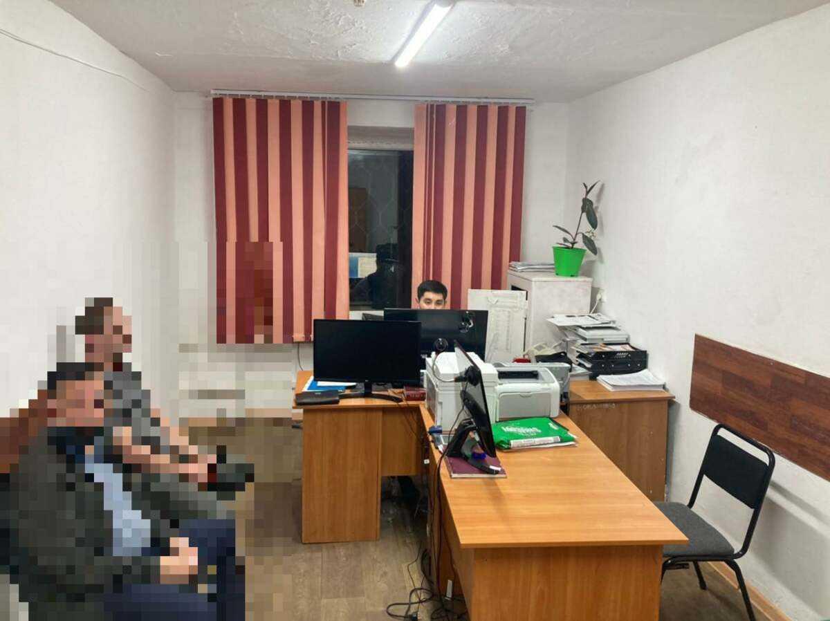 Кызылординец напал на полицейских из-за эвакуации его авто на штрафстоянку