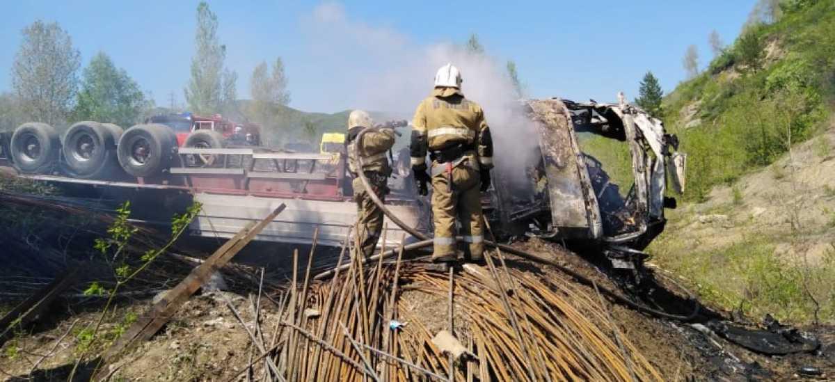 Тела двух человек обнаружили в грузовике, загоревшемся на трассе в ВКО