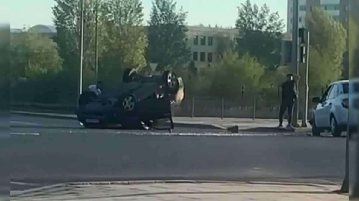 Авто перевернулось на перекрестке в Нур-Султане