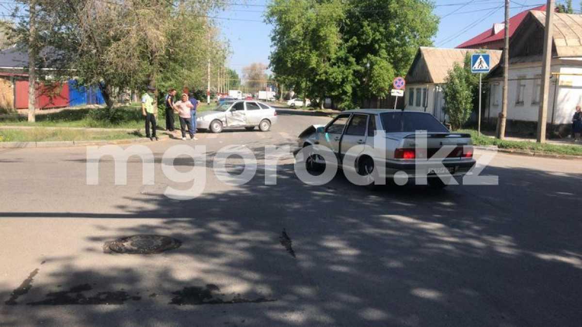 При столкновении двух «леговушек» пострадали трое малолетних детей в Уральске