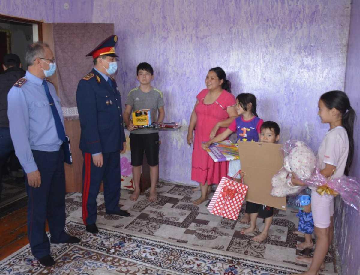 Начальник Департамента полиции Жамбылской области поздравил семью с шестью детишками