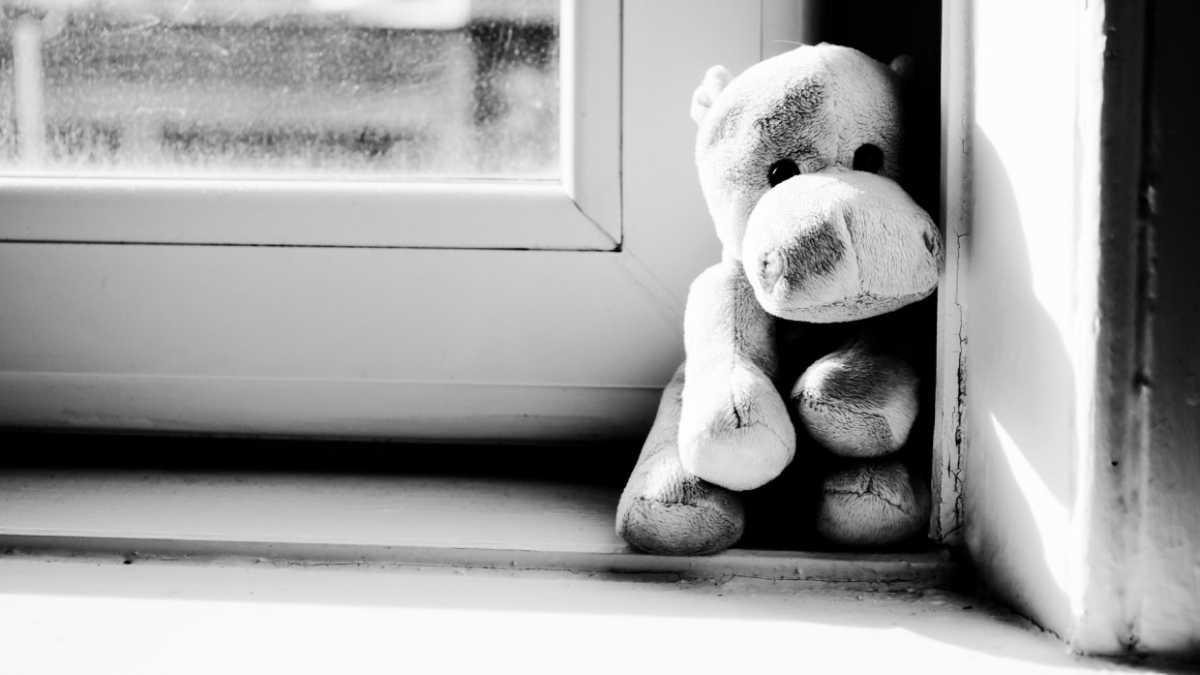 Пьяная мать выбросила из окна трехлетнюю дочь, а потом спустилась вниз и спокойно забрала тело