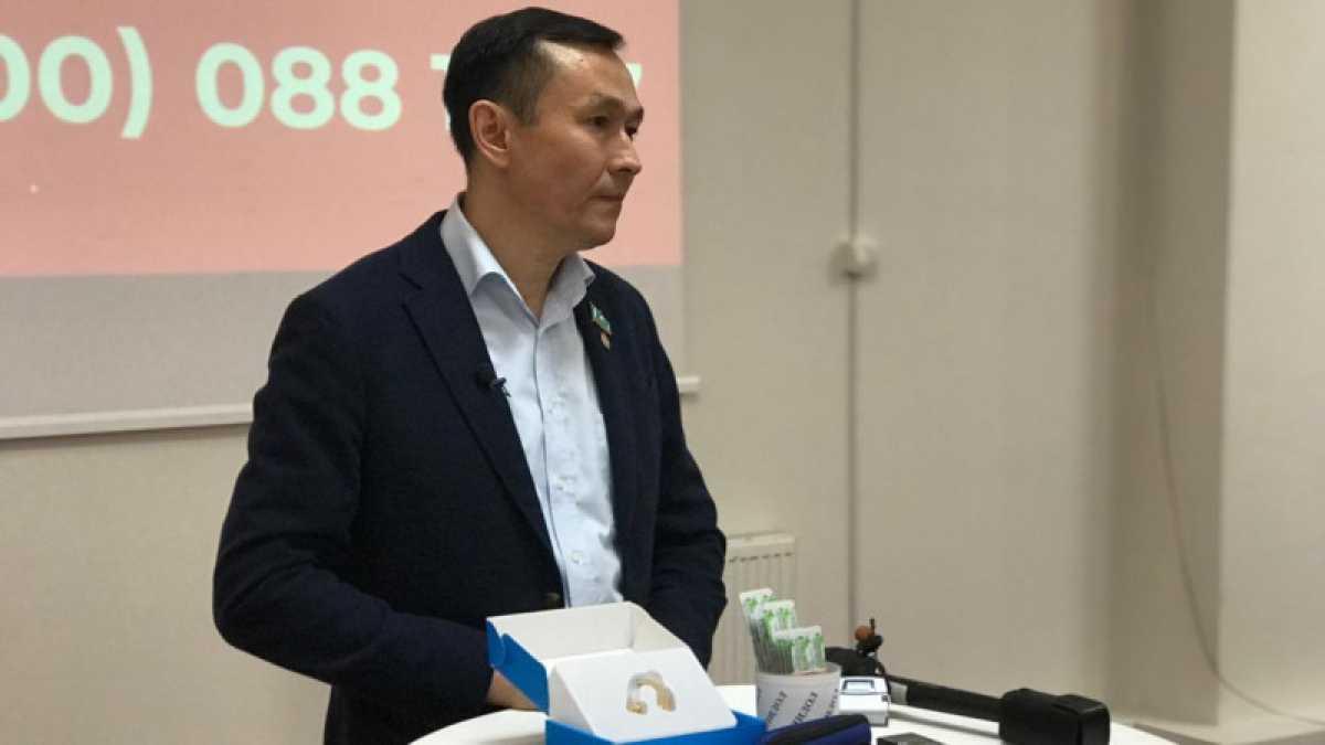 Слуховой аппарат и очки отправят акиму СКО Кумару Аксакалову