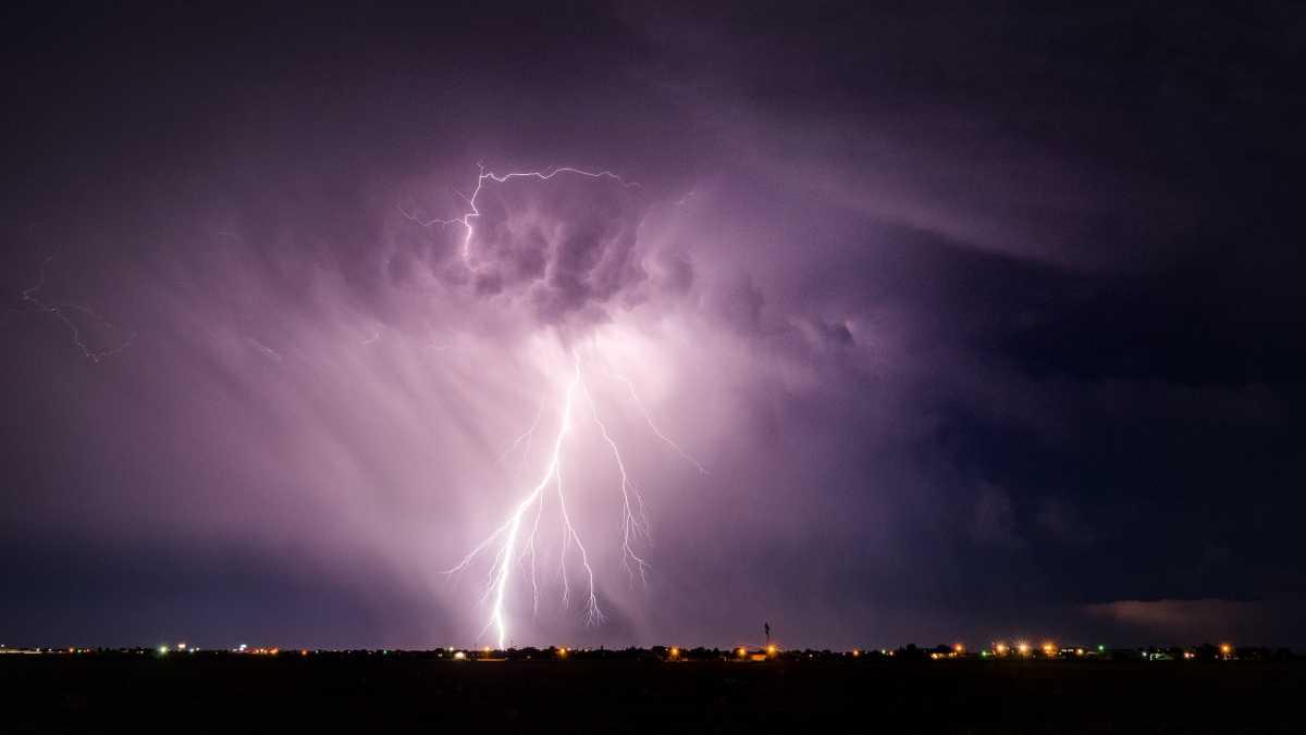 Гроза, местами град и чрезвычайная пожароопасность: в 8 регионах Казахстана объявили штормовое предупреждение