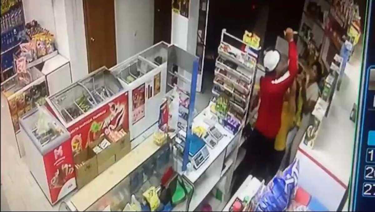 Приревновал возлюбленную: мужчина ударил ножом женщину на глазах у ребенка в Уральске