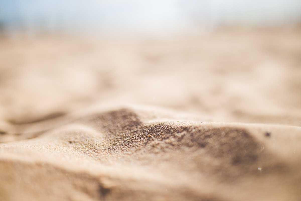 «Воткнул в песок»: мужчина разбил голову жене на отдыхе в Усть-Каменогорске
