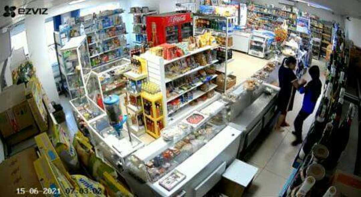 Успела нажать на тревожную кнопку: полицейские спасли продавца от вооруженного разбойника