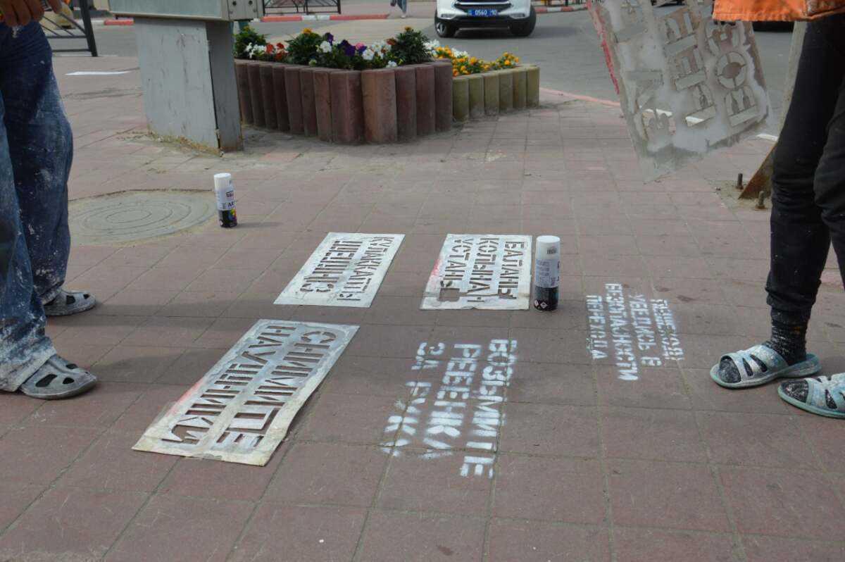 «Возьми ребенка за руку»: необычные надписи появились на дорогах Костаная