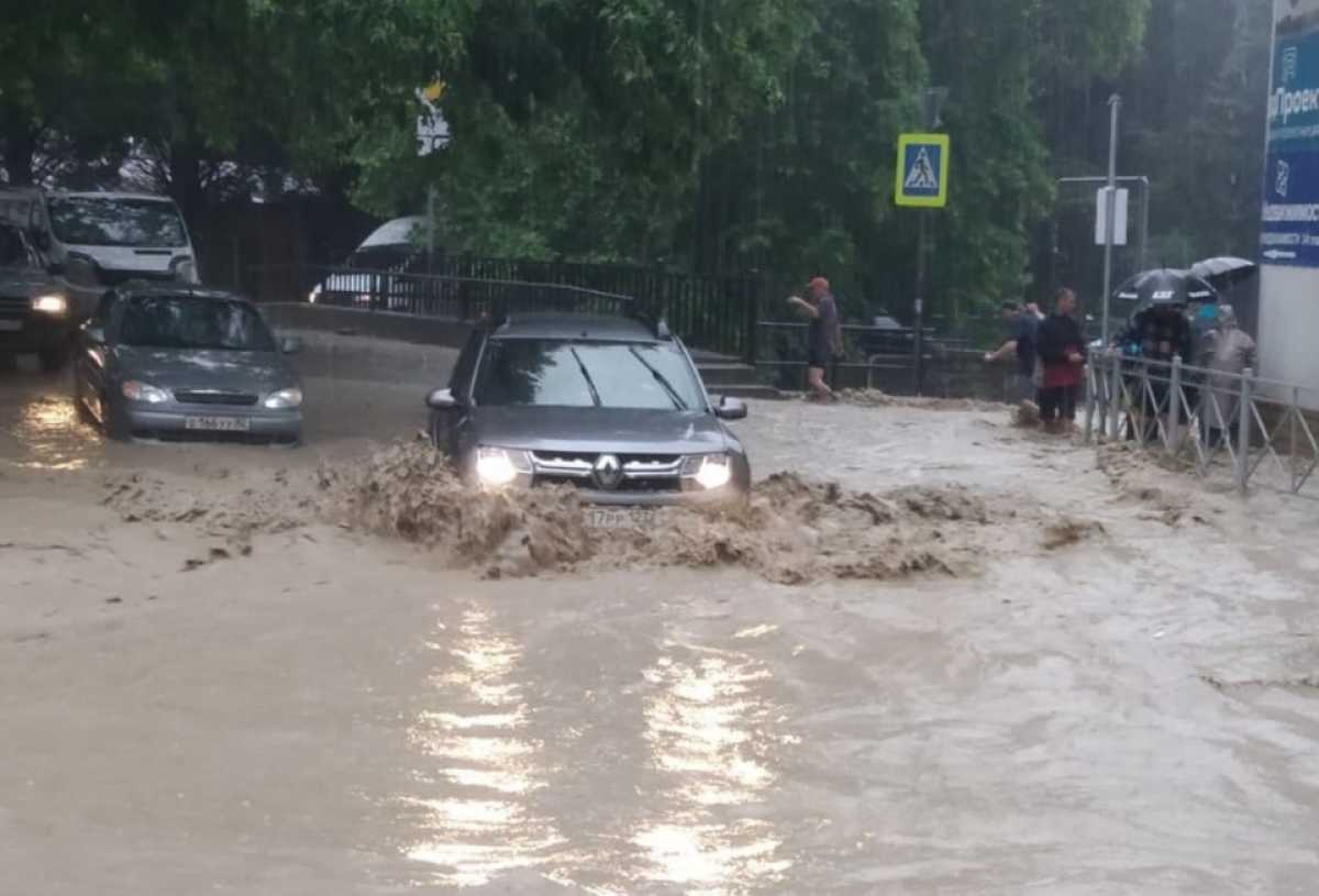 Потоп в Крыму: в Ялте река вышла из берегов, машины