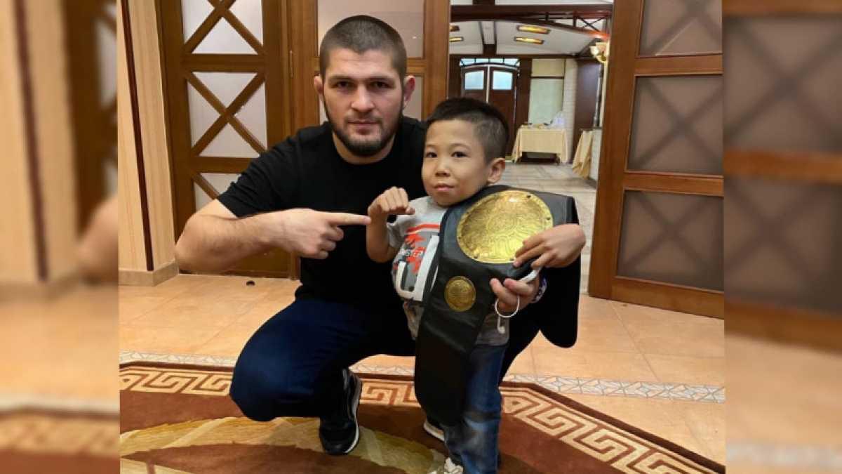 Хабиб Нурмагомедов встретился с маленьким бойцом из Казахстана