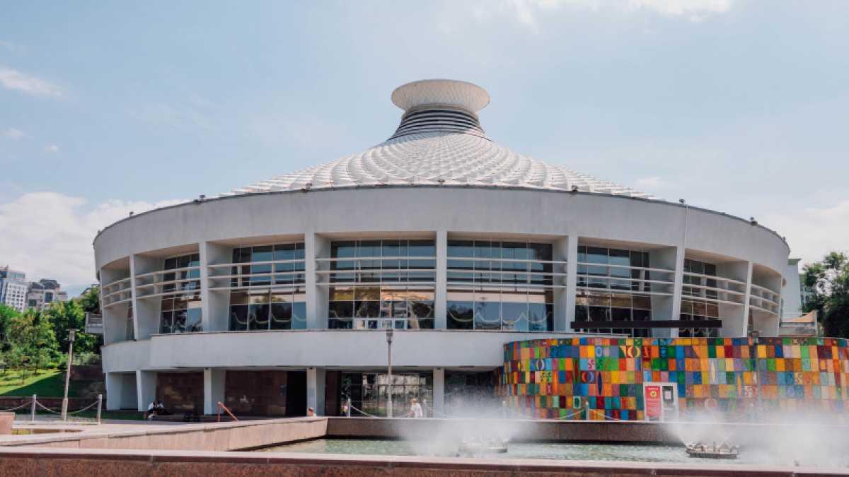 Женщину и детей ударило током в фонтане в Алматы