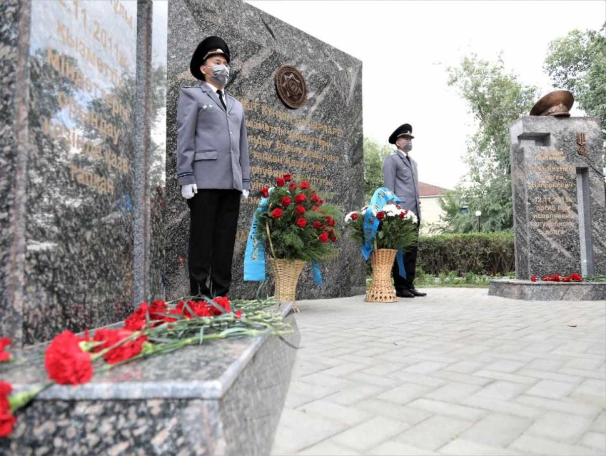 В Таразе открыли памятник героически погибшим сотрудникам ДКНБ