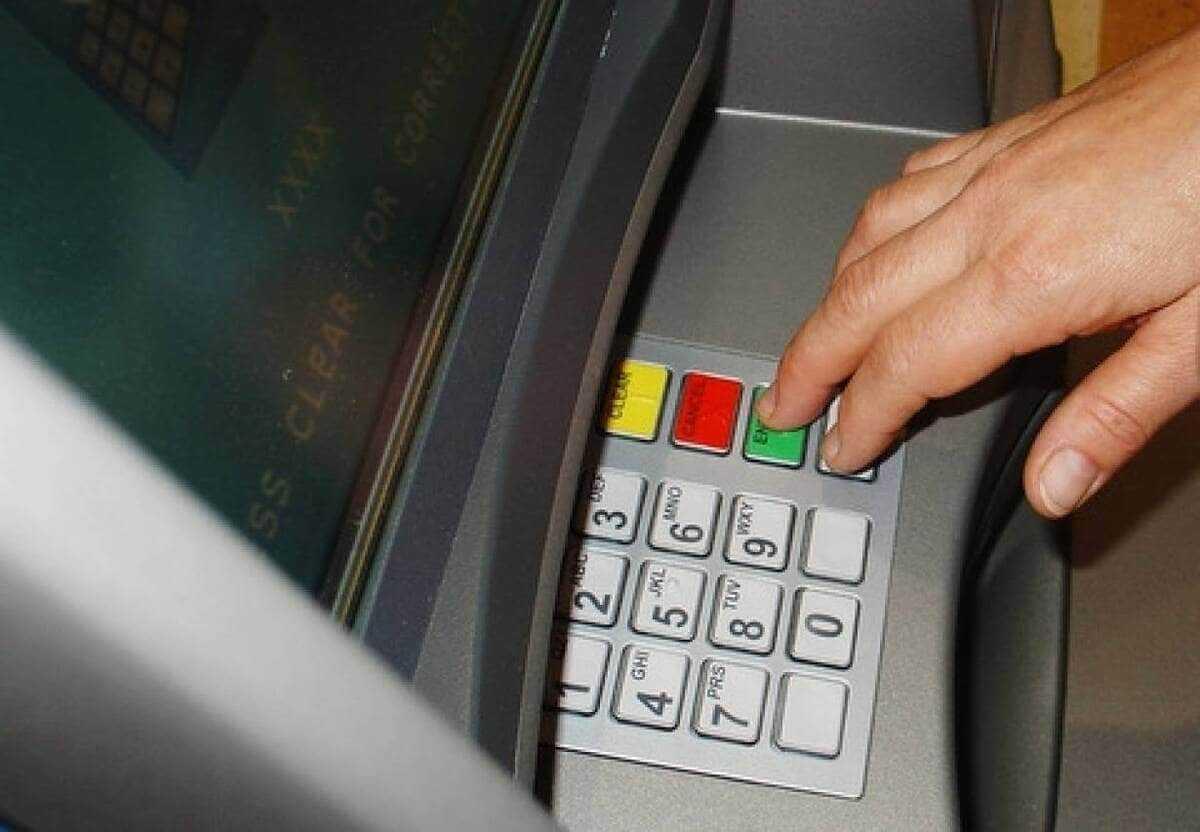 Продавец магазина обналичил деньги с карты покупателя в Нур-Султане