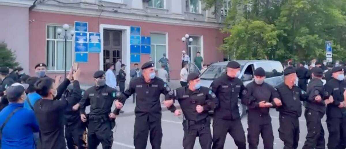 Карагандинцы устроили акцию протеста против собрания ЛГБТ-активистов