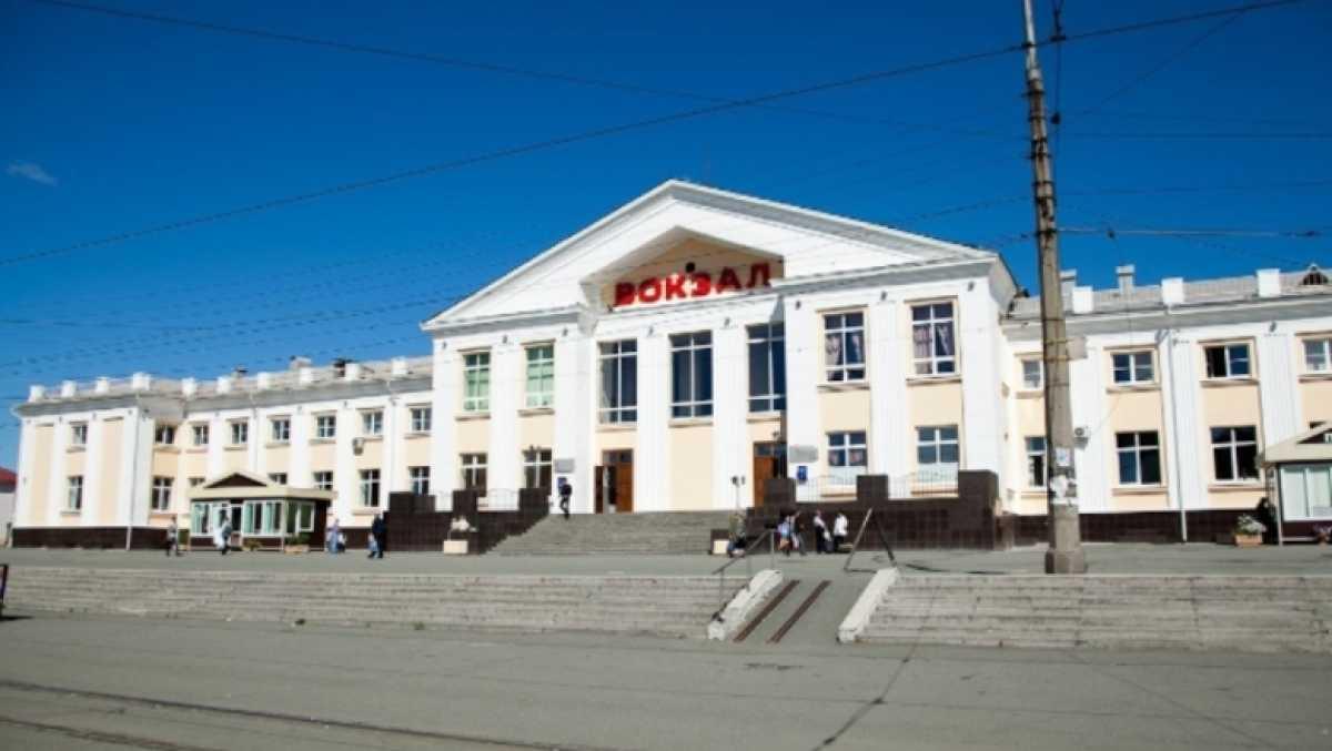 В России двое мужчин занялись прилюдно сексом на привокзальной площади