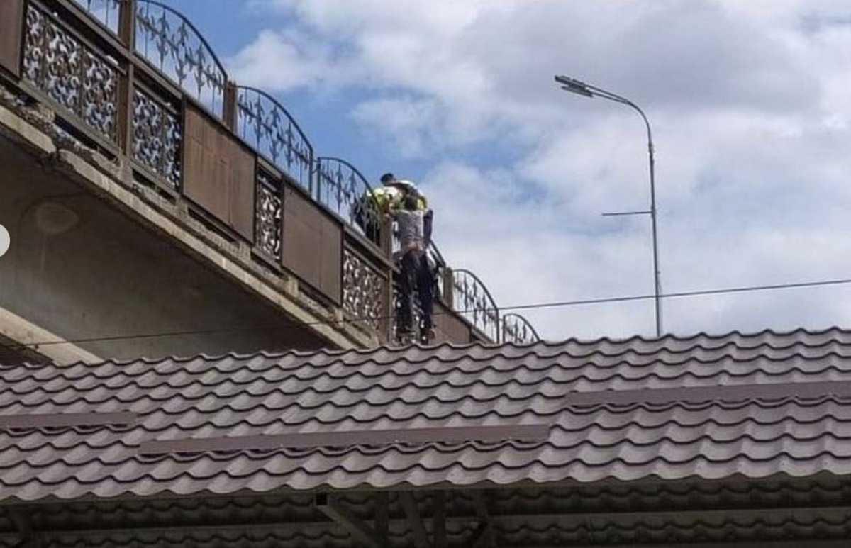 Мужчина пытался спрыгнуть с путепровода в Караганде