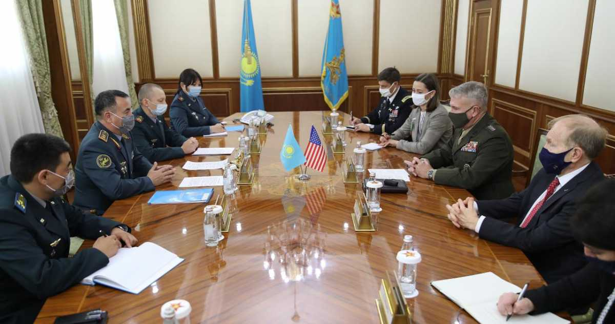 Министр обороны Казахстана принял командующего ЦЕНТКОМ США генерала Кеннета Маккензи