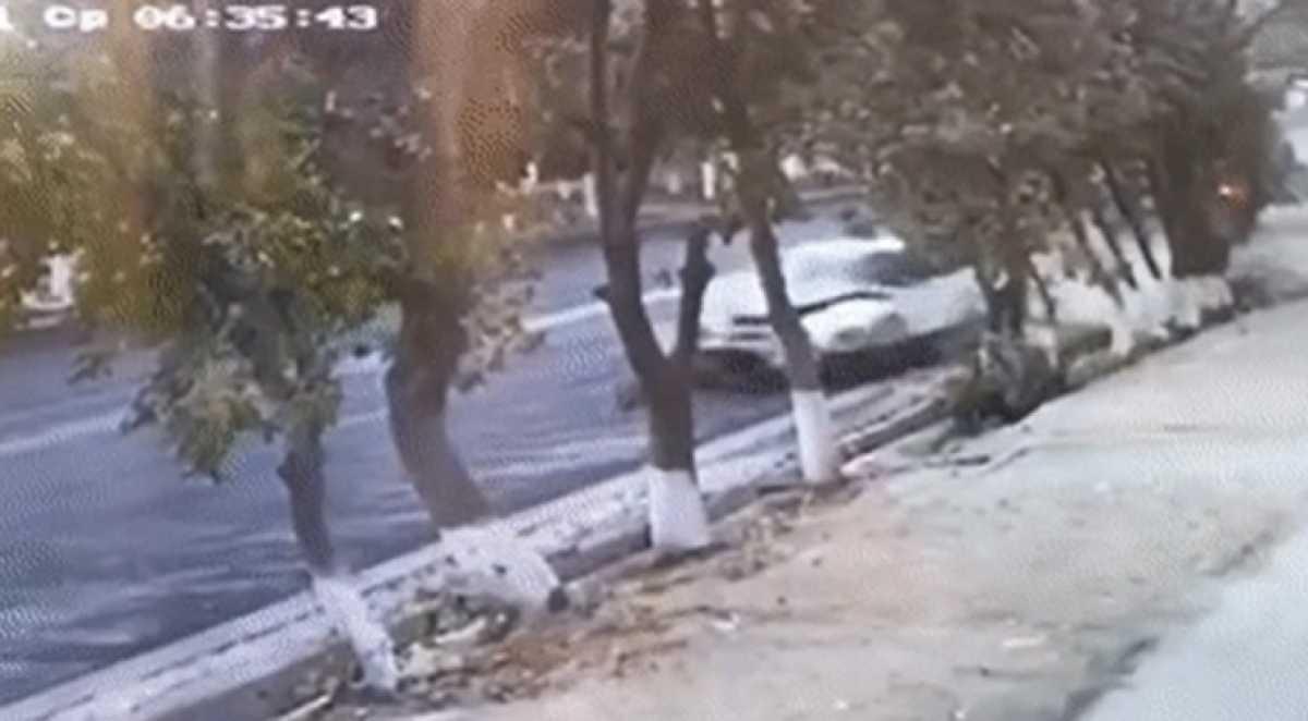 Автомобиль сбил толпу на остановке в Таразе: двое человек погибли