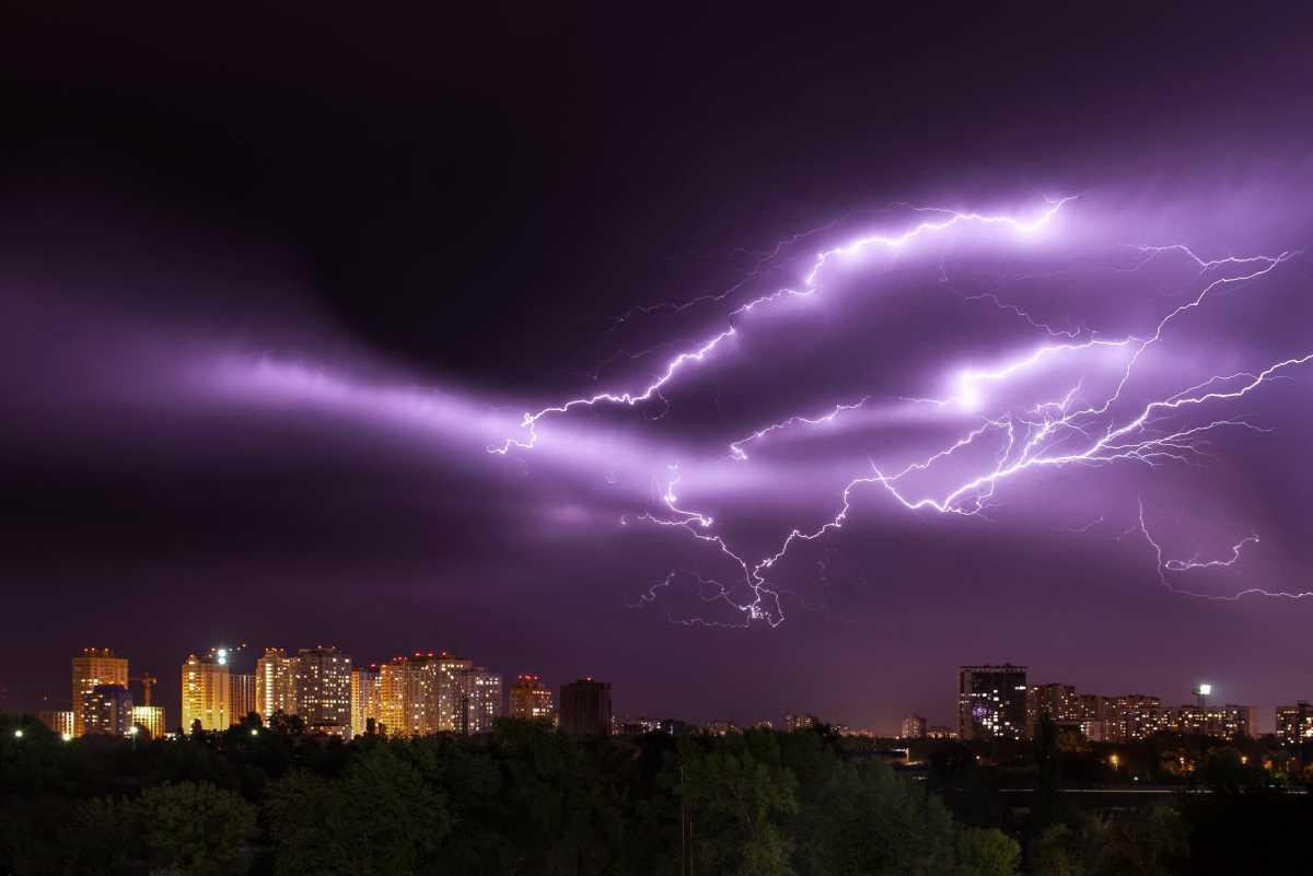 Грозы и ветер: в 8 регионах Казахстана объявлено штормовое предупреждение